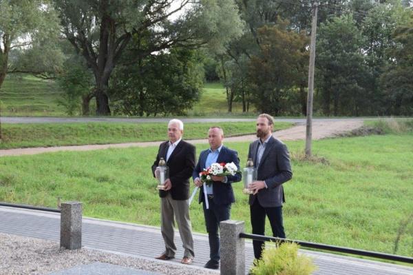 Złożenie kwiatów i zapalenie zniczy przy pomniku ofiar hitlerowskiego mordu.